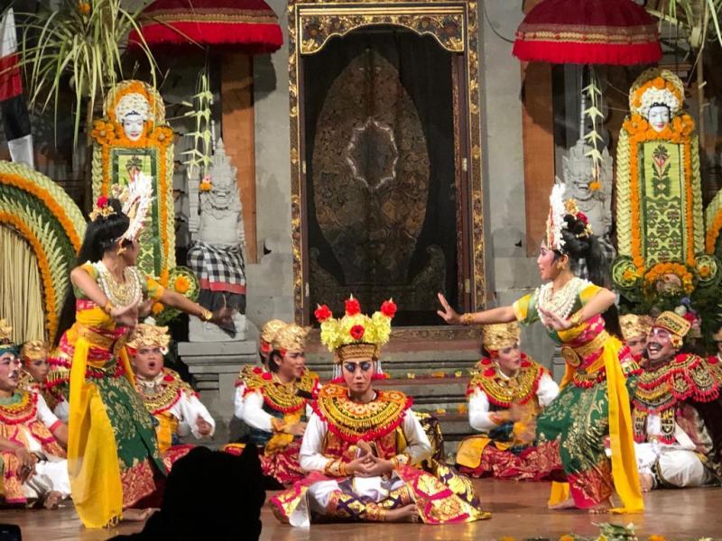 Janger Dance When Perform In Balerung Stage