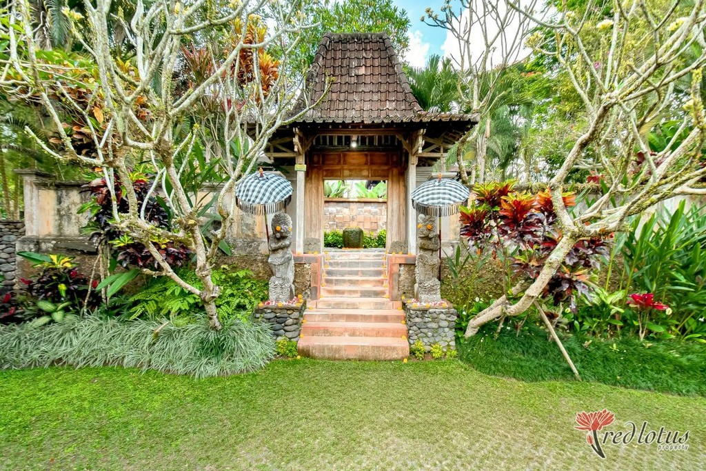 Balinese Arts as Gate Decoration