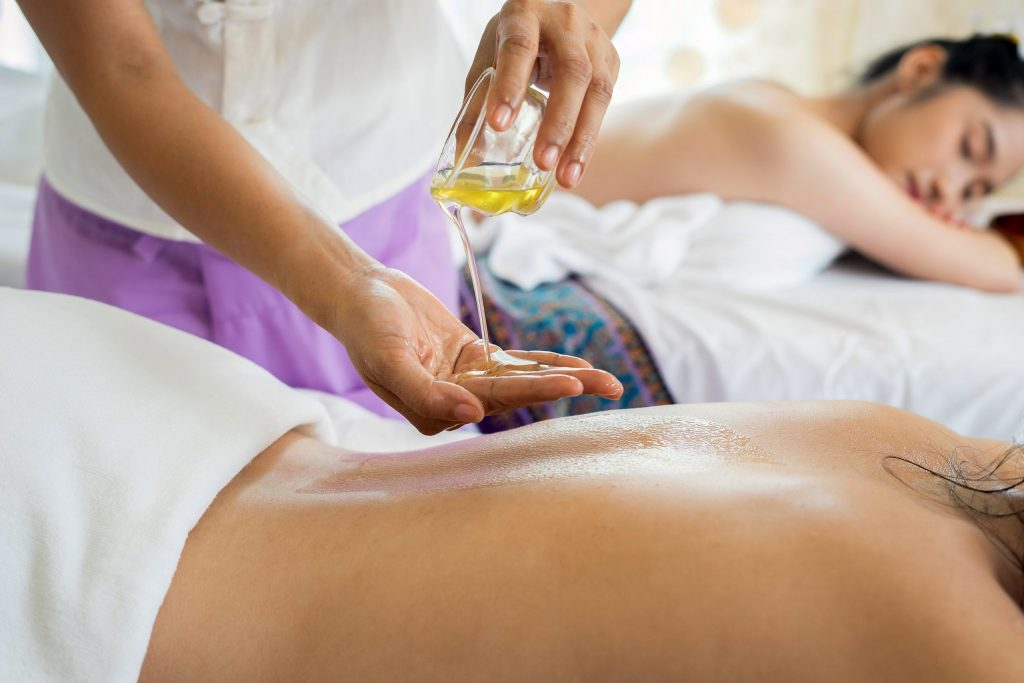 Valentine Ideas 2021: Experiencing a couple massage